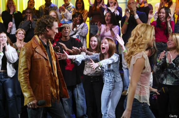 Una giovane fan (contornata da molti di quelli che definirei adulti) si emoziona per la presenza di Matthew McConaughey. Fonte: http://www.huffingtonpost.com/2013/06/19/celebrity-fans-losing-it-photos_n_3467491.html